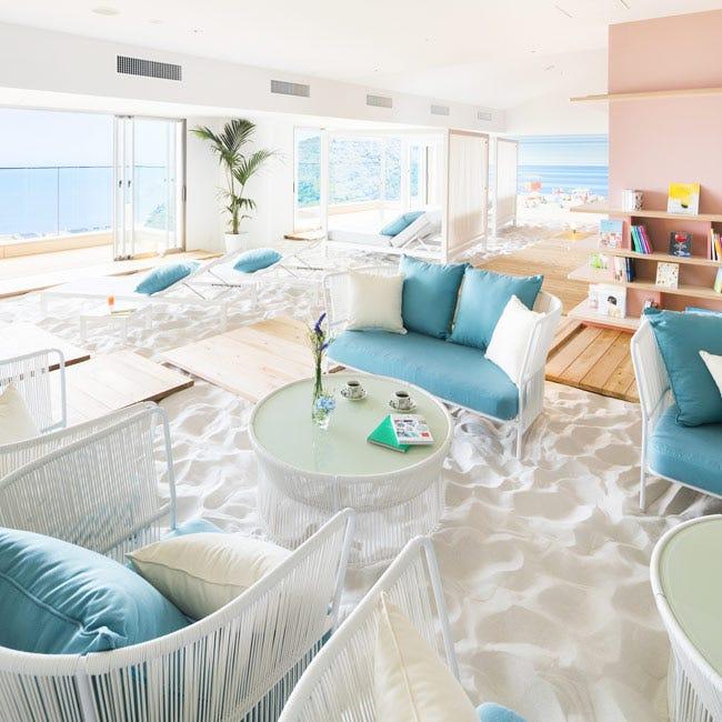 まるで空に浮かぶプライベートビーチ!「星野リゾート リゾナーレ熱海」宿泊者専用の砂浜カフェ「ソラノビーチ Books&Cafe」