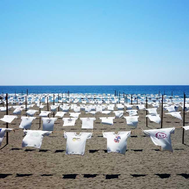 潮風が心地いい!高知・砂浜美術館で楽しむ「Tシャツアート展」