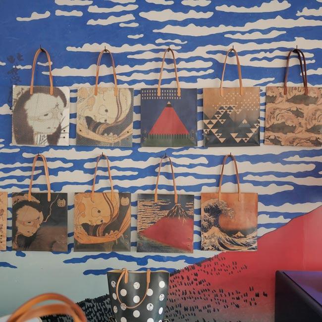 革製品×北斎の和雑貨やワークショップも!羽田空港国際線ターミナルで「ジャパンレザーと北斎で遊ぶ4日間」開催