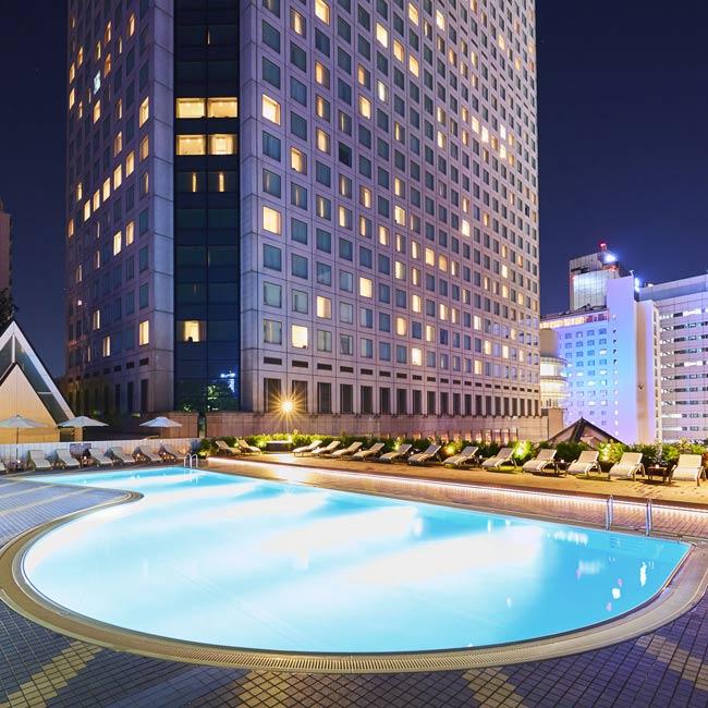 【ナイトプール】幻想的なアーティスティックスイミングショーも開催!都会の夜景に癒される品川プリンスホテルの屋外プール