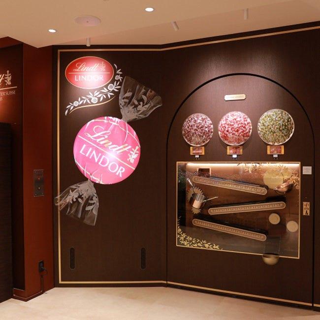 """世界初の""""新フラッグシップ""""「リンツ ショコラ ブティック&カフェ 表参道」がオープン。チョコが出てくるからくりマシンも"""