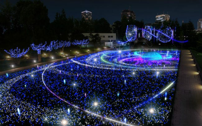 東京ミッドタウンで幻想的な光と音のショー
