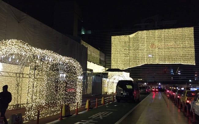 横浜駅西口が光のカーテンに包まれる