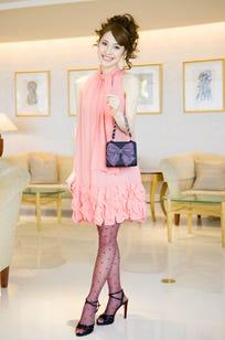 「GRACE CONTINENTAL」のドレスは、サーモンピンクがとびきりキュート。リボンモチーフのバッグで女の子らしさを格上げして。 レンタルドレス×ヘアアレンジプラン14800