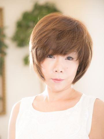 大人のフェミニンショート|丸顔×40代&50代におすすめクール×モード小顔ショートボブ 斜め前髪・流し前髪(ベージュグレイカラー・白髪染め)|<ヘアサロン予約> - OZmallビューティ