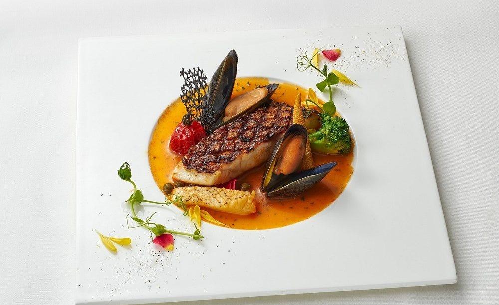 ル ドール【苺のデザートセット】選べるいちごのデザート一皿、小さなバスケットに入った生いちご、カフェオレを優雅に味わう