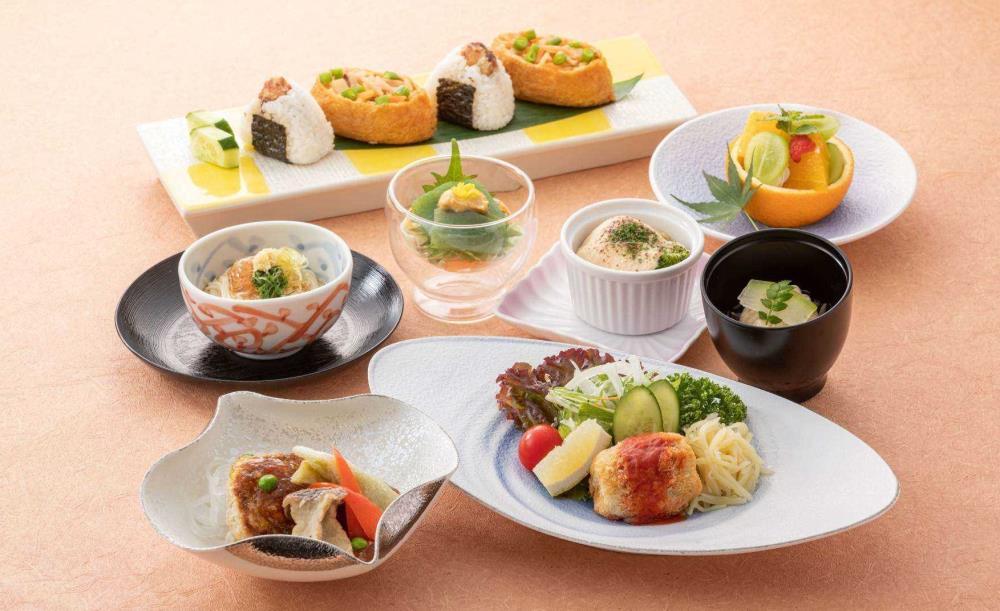 日本料理 四季【OZ限定★月替わり御膳〜四季〜】 記念日デザートでお祝い!刺身盛り合わせ3種や香り豊かな海老芋揚げ煮など全8皿